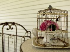 Esqueça a velha concepção de que gaiolas servem apenas para prender passarinhos. Graças a algumas mentes criativas, e outras tantas mentes abertas que aderiram à moda, elas agora também são muito bem aproveitadas na decoração. Mais um objeto para entrar na lista de itens que o design de interiores sutilmente se apropriou, sem data marcada para devolução. E a gente agradece, né? heart