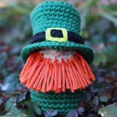 Happy Saint Patrick's Day everyone! If you still need your own personal little leprechaun, make him today! (Pattern link is in my bio)🍀☘️🍀🌈 Free Crochet, Knit Crochet, Crochet Hats, Chrochet, Double Crochet, Single Crochet, Apple Garland, Crochet Stitches, Amigurumi