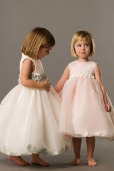 オーガンジー素材のバルーンスカートの中に花びらが入ったデザインのフラワーガールドレス サッシュは59色のマットサテンカラーから選べます!オーダー価格18,500円