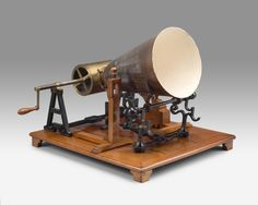Phonautograaf naar Leon Scott, R. Koenig, 1865, collectie Teylers Museum.   Van de 'Phonautograaf' van Scott bestaat wereldwijd nog maar een enkel exemplaar. Bedoeld om de werking van het oor te onderzoeken, was dit de eerste machine waarmee geluid kon worden vastgelegd. Dit instrument was de directe inspiratie voor de fonograaf en de grammofoonspeler.