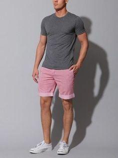 Look de moda: Camiseta con Cuello Barco Gris Oscuro, Pantalones Cortos Rosados, Zapatillas Plimsoll Blancas