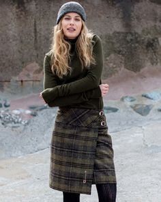 Women's Gray Wool Kilt Skirt Knee Length: This is an amazing modern style wool kilt skirt in a heritage fabric and a modern cut, this on-trend, knee-length Skirt is a great work-to-weekend style. Scottish Women, Scottish Fashion, British Country Style, Tartan Fashion, Fashion Wear, Style Fashion, Kilt Skirt, Plaid Design, Weekend Style