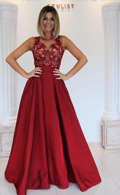 Ladyin red! Vestidos vermelhos sempre são o destaque em todos os tipos de evento! E este bodytodo em pedraria com a saia em tafetá é simplesmente um arraso!