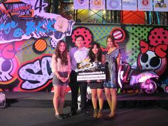 """คว้ารางวัลรองชนะเลิศอันดับ 1 โดยทีมคณะนิเทศฯ ได้รางวัลจากการประกวดคลิปวีดีโอ ภายใต้โจทย์ """"สกู๊ปปี้ ไอ ออกลายซ่าในสไตล์ของคุณ"""" ในโครงการ """"Scoopy i Marketing Plan Contest #โครงการ 4"""" ของ เอ.พี.ฮอนด้า (ประกาศผลที่ สยามพารากอน 20-3-55)   รายชื่อทีมนักศึกษาภาควิชาการสื่อสารการตลาด คณะนิเทศศาสตร์ ชั้นปีที่ 2   นางสาวสกาวรัตน์ ครุยทอง   นางสาวอัญชิสา โพธิ์พิทยา   นางสาวโสพิศ บูรณสิงห์   โดยมี อ.กอบกิจ ประดิษฐผลพานิช เป็นอาจารย์ที่ปรึกษา Communication Art"""