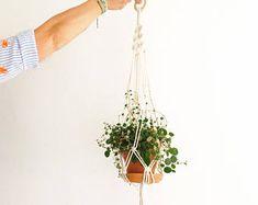 Items op Etsy die op Plant Hanger, crochet lijken Coral Blue, Pink, Plant Holders, Plant Hanger, Lilac, Handmade Items, Etsy, Creative, Plants