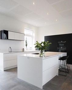 Det fineste sort/hvide køkken hjemme hos Louise & Allex i Randers danner den perfekte ramme med plads til hele familien i det store… Plads, Aarhus, Kitchen Dining, Kitchen Ideas, Kitchens, City, Home Decor, Decoration Home, Room Decor