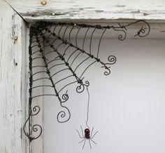 Haben Sie eine einsame Ecke, die ein bisschen etwas Ungewöhnliches benötigt?  Wie wäre ein Spinnennetz mit einer zarten Einwohner?  Ich werde Ihnen eine Web- und Spinne sehr ähnlich machen.  Die schöne Rote Spinne hängt von einem Haken am Ende ihr Draht-Thread und kann nach Wunsch neu positioniert werden.  Hängen Sie dieses Netz in Ihrem Fenster, Tür, Veranda, Scheune oder Schuppen... drinnen oder draußen! Ich habe Jahrgang Stacheldraht dieses Web zu schaffen. Regen und Schnee werden die…