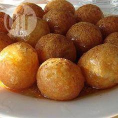 Griechische Honigkugeln (Loukoumades) - Loukoumades sind grichische Hefeteigbällchen, die frittiert und dann mit Honigsirup beträufelt werden. Sie sollten ganz frisch genossen werden. @ de.allrecipes.com
