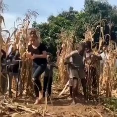kids dance choreography Tag the one who brings you joy Video By karinapalma Uganda Dance Choreography Videos, Dance Videos, Gif Videos, Bachata Dance, Funny Vid, Funny Clips, Best Funny Gifs, Cool Dance Moves, Funny Dance Moves