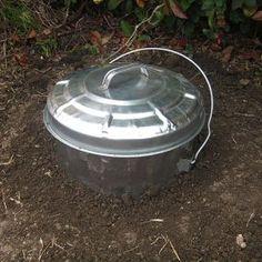 Para hacer compost. Un cubo de latón semienterrado. Hay que perforar la base y la mitad inferior del cubo antes de empezar a llenarlo.