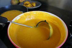 Dit heb je nodig (voor 2 personen)  -1 kleine pompoen (of de helft van een grote)  -3 eieren  -100 ml rijstmelk  -2 tl wijnsteenbakpoeder  -1 tl vanillepoeder (van een vanillepeul)  -1/2 tl kaneel  -1/2 tl zout  -3 el honing  -2 el olie  -100 gram boekweitmeel  http://voedzo.nl/recepten/pompoenpannenkoeken-suikervrij-zuivelvrij-glutenvrij/
