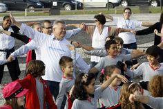 Prefeito Udo Döhler, alunos da rede municipal de ensino e populares participam do Dia Mundial do Desafio.