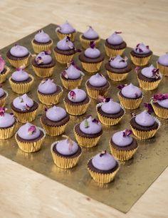 Bag de fineste små chokoladecupcakes toppet med blåbærfrosting. De er nemme at bage og smager himmelsk. Få opskriften hos Copenhagen Cakes.
