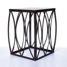 Em metal na cor marrom este é um produto que atende as necessidade de mesa de apoio lateral. Design contemporâneo muito solicitado nas decorações.