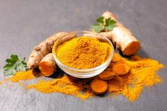 Turmeric contains curcumin. Curcumin is an active ingredient that has a powerful anti-inflammatory effect and is a strong antioxidant. Turmeric For Cancer, Turmeric Root, Organic Turmeric, Turmeric Detox, Turmeric Drink, Turmeric Recipes, Natural Cancer Cures, Natural Cures, Gastronomia
