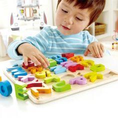 http://www.giocagiomassa.it/giochi-per-lo-sviluppo-del-linguaggio/ 3-4 anni: attraverso cubi riportanti l'effigie delle lettere ed incastri con la forma delle lettere, si inizia a familiarizzare con le loro forme.