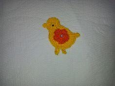 APLIQUE DE CROCHÊ PINTINHO AMARELINHO    Delicado pintinho amarelinho confeccionadas em crochê com fio 100% de algodão, espessura média, com detalhe de florzinha colorida aplicada no centro.    Tamanho aproximado: 5 cm de largura x 6,5 cm de altura.    Ideal para customização de peças de decoração da cozinha, tais como guardanapos, cortinas, toalhas de mesa, trilhos etc.    Ótima sugestão para usar na decoração de álbuns em scrapbook, patchwork, caixas em MDF e montagem de cartões e ...