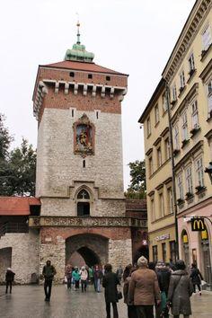 ポーランド4日目は、クラクフの旧市街地区観光です。朝起きるとまたもや雨が降っています。いささかガッカリです。<br />先ずは丘の上の歴代ポーランド王の居城であるヴァヴェル城を少し見学して、そのまま旧市街の方に歩いて行きました。<br /><br />中央広場で市庁舎、織物会館、聖マリア教会など見学して、1時間のフリータイム。再集合して昼食を済ませて、<br />午後はキリスト教の聖地カルヴァリア・ゼブジドフスカを見学しました。ゴルゴダの丘に見立てて造られた丘の上の教会は靄で霞んで神秘的でした。