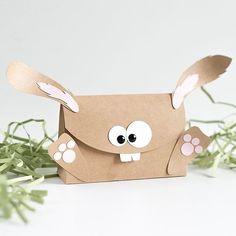 Ostern steht vor der Tür! Ich habe für dich eine Verpackung, welche als Osterhase verziert wurde. Passend dazu gibt es eine Gutscheinverpackung! Wenn du den Osterhasen gerne nachbasteln möchtest, findest du auf meinem Blog eine Anleitung und ein Schnittmuster!