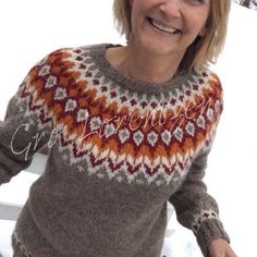 "Riddari, min nr 6.  57 likerklikk, 6 kommentarer – Gro Lorentzen (@strikkemania) på Instagram: ""Min siste#riddari. Var litt usikker på den oransje fargen en stund, men ikke nå lenger…"" Fair Isle Knitting Patterns, Knitting Designs, Knit Patterns, Double Knitting, Baby Knitting, Icelandic Sweaters, Knit Basket, Pulls, Knitwear"