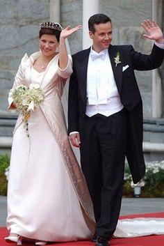 A princesa Martha casou-se com o escritor Ari Behn em 2002. Ela optou por um vestido comportado e um casaqueto com manga 3/4, o look com o buquê em forma de coração deu todo o ar romântico.