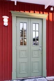 Rött hus med grön dörr Dublin House, Swedish Cottage, Small Cottage Homes, Scandinavian Style Home, Entrance Doors, House Painting, Windows And Doors, House Colors, Future House