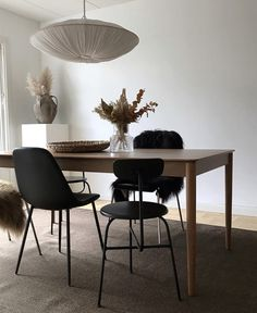 You may not have thought of buying a dining chair yourself, but you must do. There are several things that you need to consider when making your decision, and. Minimalist Dining Room, Minimalist Furniture, Dining Room Inspiration, Interior Design Inspiration, Dining Table In Kitchen, Dining Chairs, Dining Area, Interior Styling, Interior Decorating