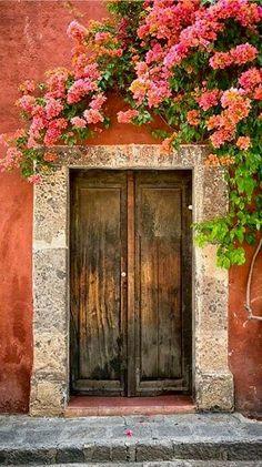 Porta com Bougainvillea em Guanajuato, México. Fotografia: Josh Trefethen no Fl. Cool Doors, Unique Doors, Doorway, Belle Photo, Windows And Doors, Porches, Entryway, Entry Doors, Front Doors