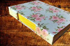 Caderno com Costura Longstitch e capa detecido em algodão floral. Uma capa romântica e delicada. O amarelo foi escolhido para enfeitar a parte da lombada aparente do caderno, criando uma harmonização com as rosas.