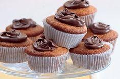 Na víkend: univerzální recept na muffiny   Apetitonline.cz Mini Cupcakes, Yummy Yummy, Food, Food Items, Beverages, Essen, Meals, Yemek, Eten