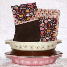 Autumn decorating will be complete with this 3 piece kitchen set of one hanging hand towel and two pocket pot holders.  Colorful vintage kitchen images combine with a plush brown towel to create the perfect kitchen accent.