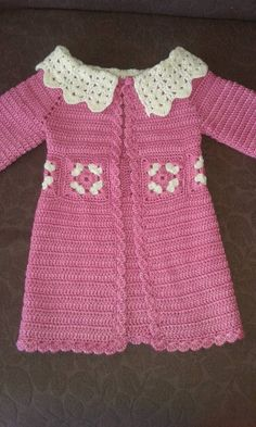 Crochet Sweaters It is a website for handmade creations,with free patterns for croshet and knitting , in many techniques Cardigan Bebe, Crochet Baby Cardigan, Crochet Baby Clothes, Baby Girl Crochet, Crochet For Kids, Crochet Wedding Dress Pattern, Black Crochet Dress, Robe Diy, Pull Crochet