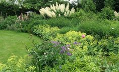 I just love theese big flowerbeds - I want something like that in my garden somday... Smukt staudebed
