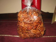 Praline Pecans - really, really GOOD! Recipes Appetizers And Snacks, Candy Recipes, Sweet Recipes, Holiday Recipes, Snack Recipes, Christmas Recipes, Healthy Snacks, Praline Pecans, Praline Candy