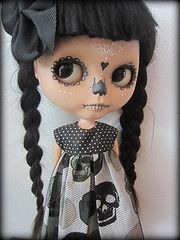 look at this little beauty!!!!! Living Dead Dolls, Day Of The Dead Skull, Gothic Dolls, Valley Of The Dolls, Creepy Cute, Creepy Dolls, Doll Repaint, Monster High Dolls, Hello Dolly