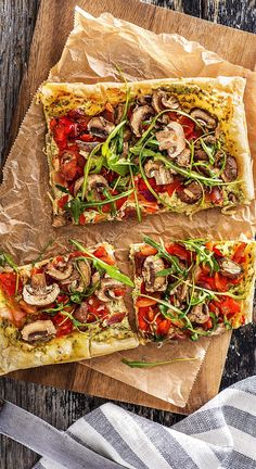 Recipe: crispy vegetable tarte flambé with peppers, brown mushrooms and arugula. Light tarte flambee for the whole family. Vegetarian filler perfect for picnics and summer. Hellofreshde / Cooking / Eating / Nutrition / Cooking Box / Ingredients / H Cooking Box, Vegetable Tart, Arugula Recipes, Hello Fresh Recipes, Brown Mushroom, Diet Recipes, Healthy Recipes, Stuffed Mushrooms, Stuffed Peppers