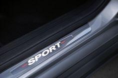 Mercedes-Benz Accessories, Zubehör CLA: Mercedes-Benz Sport Equipment - Einstiegsleisten aus Edelstahl, bei denen beim Ein- und Aussteigen der Sport-Schriftzug beleuchtet wird