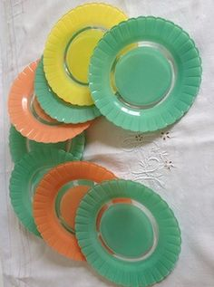 Donnez de la couleur à votre table et vos desserts. Bel ensemble de 8 assiettes…
