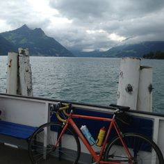 Met de boot over de Vierwaldstattersee met 3 andere auto's. Reuzen van bergen om me heen!