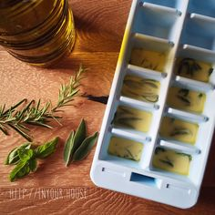 """Un metodo per avere i profumi delle vostre erbe aromatiche preferite disponibili tutto l'anno? Provate a congelare le foglie appena raccolte con dell'olio d'oliva, all'interno delle vaschette per il ghiaccio. Una volta congelati, conservateli in delle buste per alimenti. Avrete così dei """"cubetti aromatici"""" pronti ogni qual volta vi servono ;)"""
