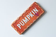 Pumpkin Spice est la nouvelle palette de Too Faced. Disponible cet automne, on la trouve toujours en magasin. Comme son nom l'indique, elle a pour thème la citrouille épicée. Prix : 65,90 chf                         Pumpkin Spice                          Alors, le format de la palette est un classique chez Too Faced : en métal, avec un miroir et contenant 18 fards. Ensuite, la palette est parfumée. Je dois dire que la senteur me fait beaucoup penser Too Faced, Anastasia Beverly, Vanilla Coke, Coke Cans, Coca Cola, Peach, Pumpkin, Comme, Palette