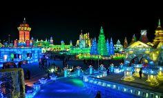 En la ciudad de Harbin, en el norte de China, cada año se crea una verdadera ciudad de hielo. Tienen temperaturas de 20 grados bajo cero, y más de 2.000 artistas de todo el mundo participan en la creación y construcción de impresionantes estructuras heladas.