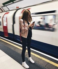 Ideas For Travel Outfit London Style – Travel Travel Travel – styling Photo Pour Instagram, London Instagram, Tmblr Girl, Photography Poses, Models, Clothes, Ladies Sneakers, Ladies Footwear, Women's Sneakers