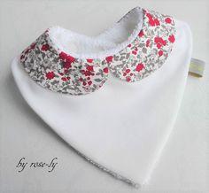 Bavoir bandana en coton blanc avec un joli col claudine en liberty rouge gris et blanc, l'envers est en coton éponge de couleur blanc très absorbant, ainsi les vêtements de béb - 17839180