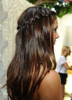 nina dobrev con la treccia fatta in alto con due sole ciocche e i capelli lisci