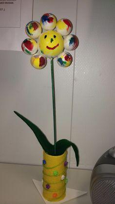 Blomst av isoporkuler, filt, trepinne, dekor og dorull.
