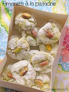 Recette de biscuits italiens amaretti à la pistache, à base de poudre d'amandes, blancs d'œufs, pâte de pistache et amaretto