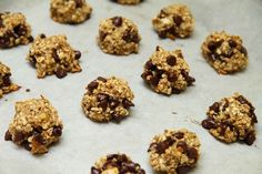 These chocolate chip oatmeal cookies are the perfect blend of crisp and chewy, and an easy recipe for a quick dessert. They're a healthy option that you and your kids will love making and eating! Peanut Butter Oatmeal, Healthy Peanut Butter, Oatmeal Cookie Recipes, Oatmeal Chocolate Chip Cookies, Quick Healthy Meals, Quick Recipes, Healthy Mummy, Healthy Eating, Chocolate Low Carb