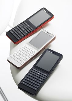 That's a phone! NTT Docomo by Studio Conran New Phones, Mobile Phones, Best Gaming Laptop, Retro Phone, Cl Shoes, Aesthetic Design, Electronic Devices, Best Sneakers, Mobile Design