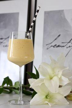 homevialaura | smoothie with banana, mango, natural yogurt and orange juice | white lilies | striped straw | Iittala Essence glass